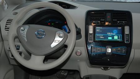 Futuristisk dashbord med mye lys (og lyd), her har Nissan-designerne fått lov til å leke seg.