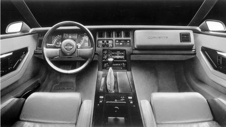 Tersklene er høye, setene dype og benplassen er svært smal på begge sider av tunnellen. Men når man først er på plass er sittekomforten og kjørestillingen bra i en C4-Corvette.