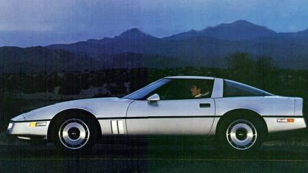 Den nye Corvetten fulgte trenden fra de nye Camaro og Firebird fra året før: Rette, minimalistiske linjer ga også denne bilen et svært funksjonelt og tidløst design.