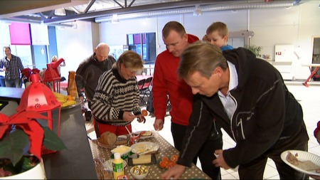 SKYSS OG MAT: De narkomane får skyss til og fra trening og frokost.  (Foto: TV 2)