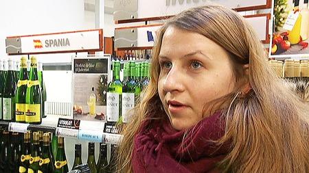 SKEPTISK: Den dagen det er fest, så har man nok å gjøre - annet enn å gå på polet, mener denne kvinnen. (Foto: TV 2)