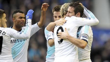 TAKK, FRANK: Chelsea-spillerne takket og gratulerte etter at Frank Lampard hadde satt inn 1-1. (Foto: John Walton/Pa Photos)