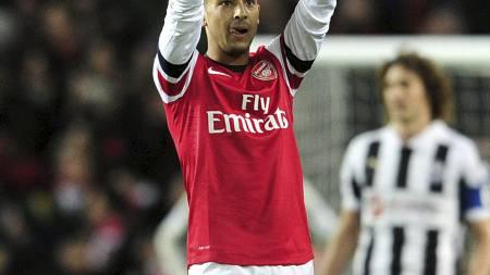 PEKTE MOT TRIBUNEN: Theo Walcotts fingre var nok ment både for Thierry Henry og resten av Arsenal-fansen på tribunen på Emirates. (Foto: GLYN KIRK/Afp)