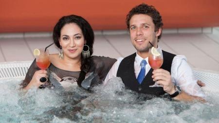 Sarah Natasha Melbye foretrekker boblebadet foran stuping. Heldigvis slipper både hun og Freddy dos Santos unna 10-meteren når det skal stupes i beste sendetid på TV 2. (Foto: Rolf-Ørjan Høgset)