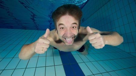 UNDER VANN: Jahn Ivar «Mini» Jakobsen tar utfordringen og kaster seg i vannet.  (Foto: Espen Rekdal)