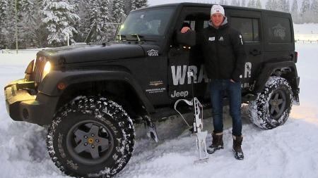 Skiskytter Tarjei Bø kjører Jeep som er ombygd til 35-tommer.  (Foto: RSA)
