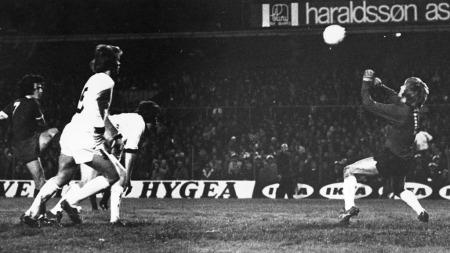 HAR VÆRT I NORGE FØR: Kevin Keegan forsøker seg mot Strømsgodset i cupvinnercupen i 1974, men Inge Thun redder forsøket fra Liverpools nummer sju.