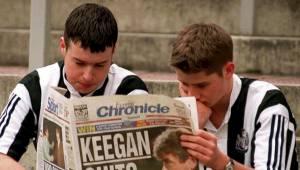 LANGT NEDE: Newcastle-supporterne var svært skuffede da Kevin Keegan annonserte at han gav seg som manager i januar 1997. (Foto: JOHN GILES/AP)