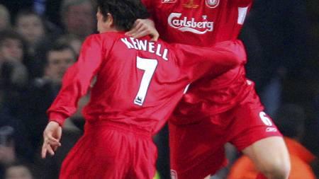 SJUER-JUBEL: Harry Kewell gratulerer John Arne Riise etter sistnevntes   scoring i ligacupfinalen i 2005. (Foto: JIM WATSON/AFP)