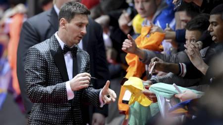 NY DRESS: Lionel Messi ankom Ballon d'Or-utdelingen i ny og prikkete dress. (Foto: Walter Bieri/Ap)