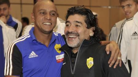 HYLLER RONALDO: Roberto Carlos, her sammen med fotballegenden   Maradona, mener Cristiano Ronaldo fortjener Gullballen for 2013. (Foto:   SERGEI RASULOV JR./Afp)