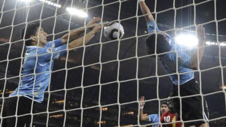 VIKTIG HANDS! Her bruker Luis Suarez alle midler for å hindre Ghana scoring. (Foto: ROBERTO SCHMIDT/Afp)