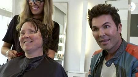 OVERRASKER: Sporty-deltaker Unni Frogner (foran til v.) får makeover i skjønnhetssalongen til Jan Thomas Mørch Husby når hun plutselig slipper bomben som får stylisten til å miste munn og mæle. (Foto: TV 2/)