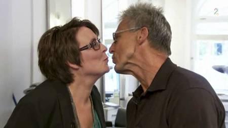 FIKK JA: Unni Frogner frir til samboeren Egil Olsen i salongen til Jan Thomas. Og han svarer ja! (Foto: TV 2/)