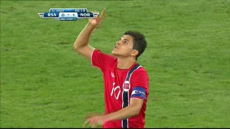 Tarik Elyounoussi hyllet sin døde kamerat etter scoringen mot Sør-Afrika. (Foto: TV 2)