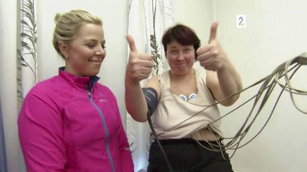 GLADMELDING: Her har Sporty-deltaker Unni Frogner akkurat fått gladmeldingen fra hjertelegen: Du er frisk og kan fortsette treningen. Personlig trener Anne Marte H. Sneve til venstre. (Foto: TV 2/NTB scanpix)