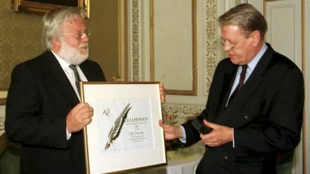 HEDRET: I 1997 fikk Kåre Valebrokk Gullpennen for sine meningsytringer i Dagens Næringsliv av juryformann Sverre Martin Gunnerud. Prisen deles ut av Oslo og Bærum Riksmålsforening. (Foto: Berit Roald/NTB scanpix)