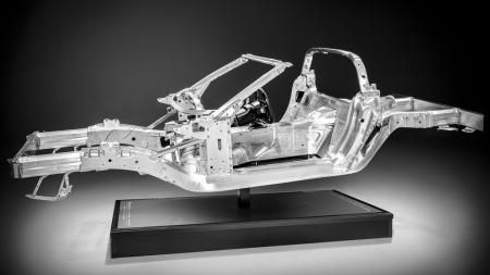 Stålrammen er et minne fra fortiden, nye Corvette Stingray har en 57 prosent mer vridningsstabil og 45 kilo lettere ramme i aluminium i stedet.