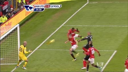 Evra header i mål via Vidic mot Liverpool. (Foto: PLP)