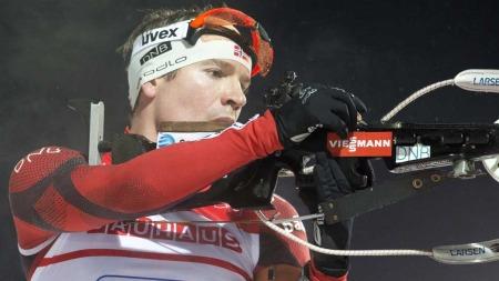 ROT: Emil Hegle Svendsen mistet magasinet da han skulle inn til siste skyting. Det kostet ham verdifulle sekunder. (Foto: Scanpix)