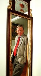 DRESS: Kåre Valebrokk foran speilet på kontoret i Dagens Næringliv i 1998. Som alltid ulastelig antrukket i dress. (Foto: Berit Roald/NTB Scanpix)