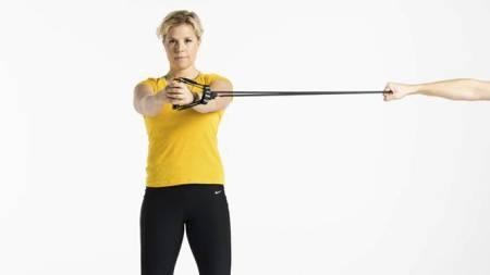 PRESS UTOVER: Press strikken rett ut fra kroppen og tilbake uten å rotere kroppen. (Foto: Ivar Kvaal/)