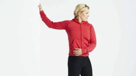 TØYEØVELSE: Med den ene armen mot en vegg fåt brystmuskulaturen en god tøy med denne øvelsen. (Foto: Ivar Kvaal/)