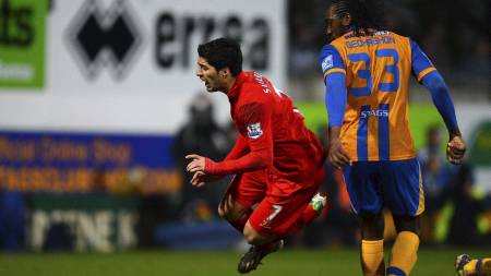 INNRØMMER FILMING: Luis Suarez innrømmer å ha filmet mot Stoke, men liker dårlig kritikken han fikk etter på ha scoret med hånden mot Mansfield. (Foto: ANDREW YATES/Afp)