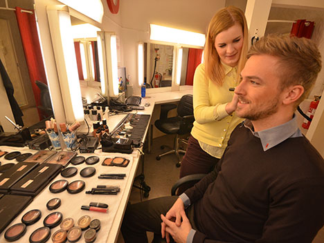 Natalie Linde Jensen gir Kristen den rette brunfargen. (Foto: Ronald Toppe)