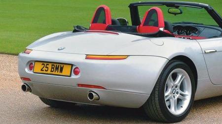 Minimalistiske, men helt riktig i et dramatisk roadster-design var baklysene på BMW Z8. Men de var også mistenkelig like baklysene på Porsche 928 fra S4-utgaven og oppover noen år tidligere.