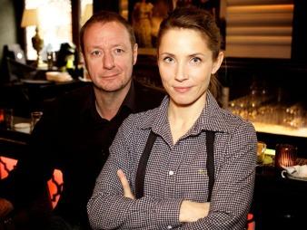 Øystein Karlsen (t.v) har skrevet manus til den prisbelønte serien Dag sammen med Kristoffer Schau. Her sammen med Tuva Novotny som spiller Eva i serien.  (Foto: Alex Iversen)