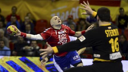 STENGT: Arpad Sterbik (t.h.) var langt unna fra nivået han kan være på, men her stopper han Ivan Nikcevic. (Foto: JOSE JORDAN/Afp)