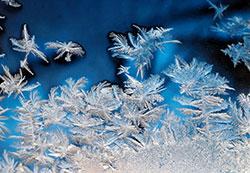 Det kan være farlig å spyle en kald frontrute i ti minus. Du risikerer at hele ruten fryser til. I minus 20 fryser normal spylervæske på tanken. (Foto: Colourbox)