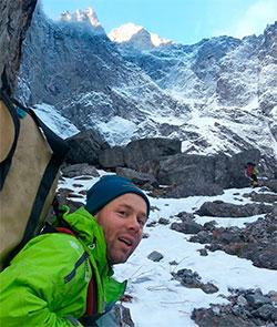 Tormod Granheim på vei inn mot foten av Trollveggen. (Foto: privar)