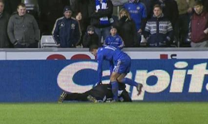 Eden Hazard sparket ballgutten til Swansea da han ikke fikk ballen. (Foto: TV 2)