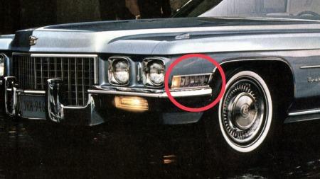 Fra 1962 fikk Cadillac, og senere flere luksusbiler, et felt med hvite lys bak markeringslyset på siden. Når hovedlysene var på og blinklyset ble aktivert lyste cornering lights´ene opp mot den siden man skulle svinge, for å gi føreren en forsmak på hva som ventet rundt hjørnet. Her en 1971 Cadillac DeVille.