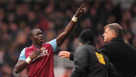 PÅ VEI VEKK: Mohamed Diame kan være på vei bort fra West Ham-   (Foto: Scanpix)
