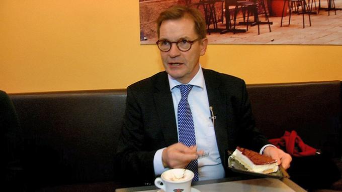 SUKKERSØT LIGNING: Den danske europaparlamentarikeren Bendt Bendtsen tok TV 2 med på konditori for å få frem hva han mener om Norges forhold til EU. (Foto: MARTIN BERG ISAKSEN, TV 2)