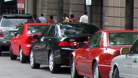 Lukeparkering kan være trangt nok om man ikke også skal bekymre seg for hvordan det går med kostbare felgkanter og dekksider. De fleste biler i dag bør være