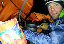 I det lille teltet  lages det mat, spises, hviles og soves. (Foto: Privat)