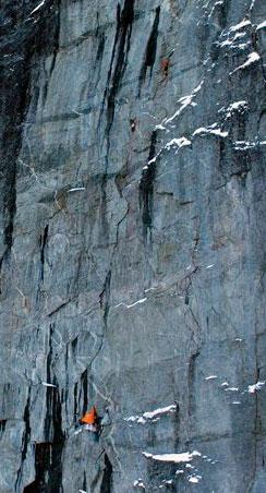 Stein Lindseth Olsen fløy et fjernstyrt helikopter opp fra bunnen av fjellsiden torsdag. Du ser så vidt det oransje og grå teltet nederst, og to av klatrerne øverst, den ene over den andre. (Foto: Stein Lindseth Olsen)