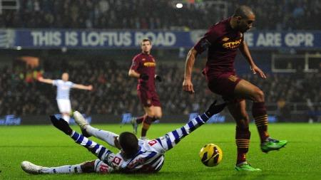 NYTTELØST ROP OM STRAFFE: Loïc Rémy fikk ikke svar da han ropte på dommer Phil Dowd i kampen mot Manchester City. (Foto: Adam Davy)