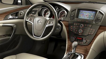 Insignia  kan være ganske fin innvendig også. Dette bildet viser en 2009 modell med navigasjon og automatgir.
