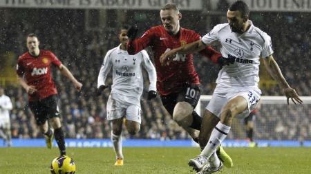 IKKE STRAFFE: Wayne Rooney gikk i bakken inne i sekstenmeteren i kampen mot Tottenham, men Manchester United fikk ikke straffe. (Foto: IAN KINGTON, ©dan)