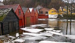 Selv om du har båten din i hus bør du ta en sjekk. I Os sør   for Bergen gjør stormflo at vannet går inn i nøstene. (Foto: Jan Petter   Svendal)