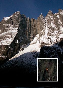 Bildet er tatt i måneskinn natt til 26. januar. Den hvite firkanten som er forstørret opp viser teltet lyse oppe i fjellsiden. Ruten går rett opp fjellveggen og til ryggen som fortsetter mot høyre. (Foto: Dag Terje Alnes)