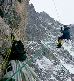 Noen steder er overhenget så stort at klatrerne henger seks meter utenfor veggen. Her er det Aleksander Gamme som henger og dingler. (Foto: Privat)