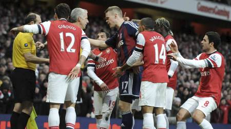OMRINGET: Tony Pulis mener dette var ufint av Arsenal-spillerne (Foto: OLLY GREENWOOD/Afp)