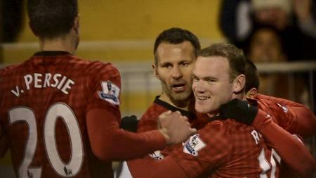JUBEL: Wayne Roony feirer seiersmålet med Ryan Giggs og Robin van Persie (Foto: DYLAN MARTINEZ/Reuters)