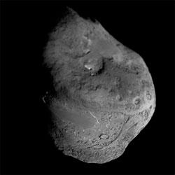 Kjernen til kometen Tempel-1 er fem kilometer i diameter. Bildet ble tatt av  Deep Impact i juli 2005, like før det ubemannede romfartøyet  krasjet en sonde inn i den skitne snøballen.